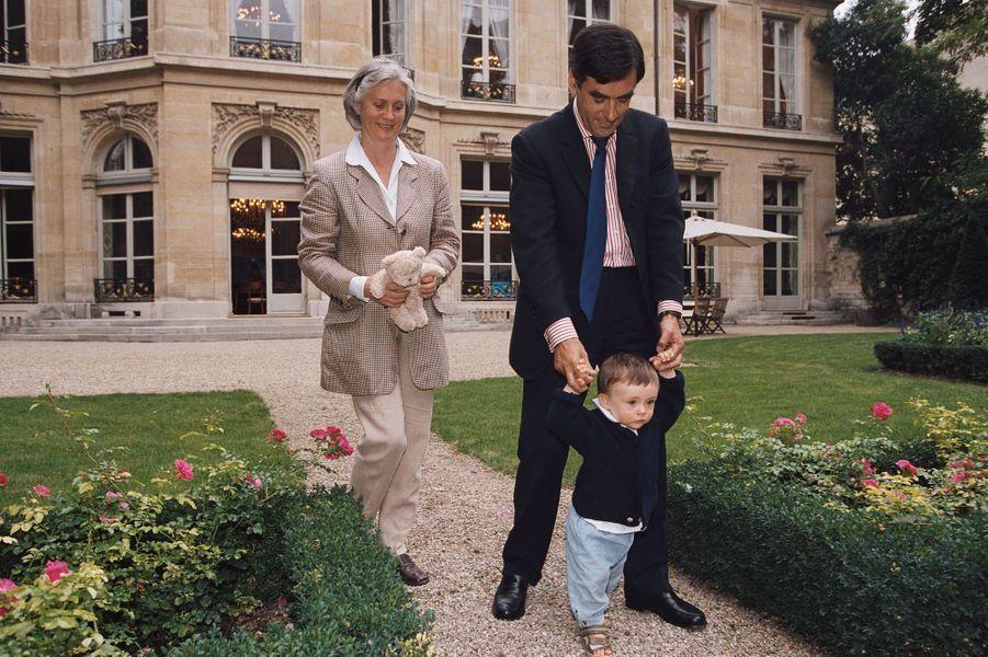 En septembre 2002, François Fillon fait marcher son fils Arnaud, âgé de un an, dans le jardin du ministère des Affaires sociales du Travail et de la Solidarité, rue de Grenelle.