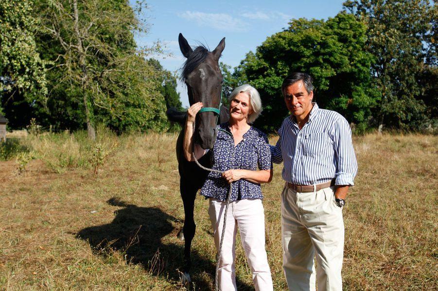 A Solesmes, en août 2013, François Fillon et son épouse reçoivent Paris Match au manoir de Beaucé, leur propriété sarthoise. Le couple pose avec Onyx, le cheval de Pénelope passionnée d'équitation.