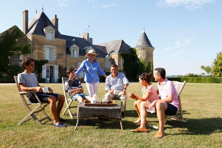 François et Penelope Fillon, toujours au manoir de Beaucé, en août 2013. Le couple prend le thé, avec trois de ses enfants: Edouard (24 ans), Arnaud (11 ans), Marie (31 ans) et son époux Etienne.