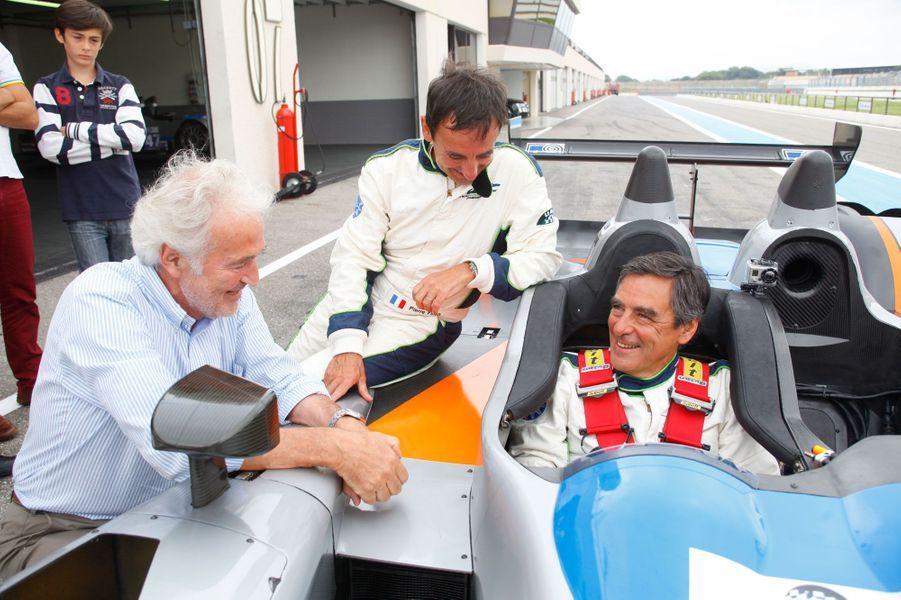 Au Castellet, dans le Var, en août 2013, François Fillon plaisante au volant avec son frère Pierre et Hugues De Chaunac, propriétaire de l'écurie Oreca, sur le circuit Paul-Ricard.