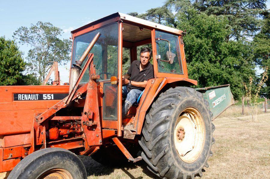 Au volant de son tracteur, François Fillon s'occupe des terres du manoir de Beaucé. L'ex-Premier ministre et sa femme ont reçu Paris Match dans leur domaine en août 2013.