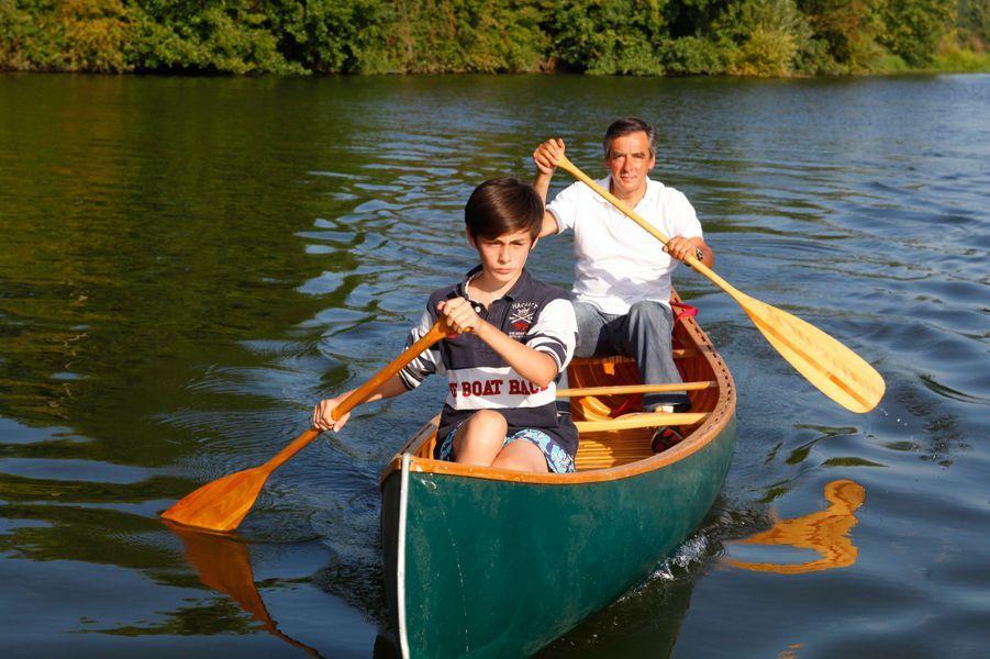 Balade père-fils en canoë sur la Sarthe, à l'été 2013. Arnaud, le dernier des enfants de François Fillon, est âgé de 11 ans.
