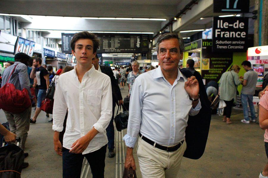 Août 2016, gare Montparnasse, François Fillon est de retour à Paris après un séjour dans la Sarthe. Il est accompagné de son fils Arnaud.