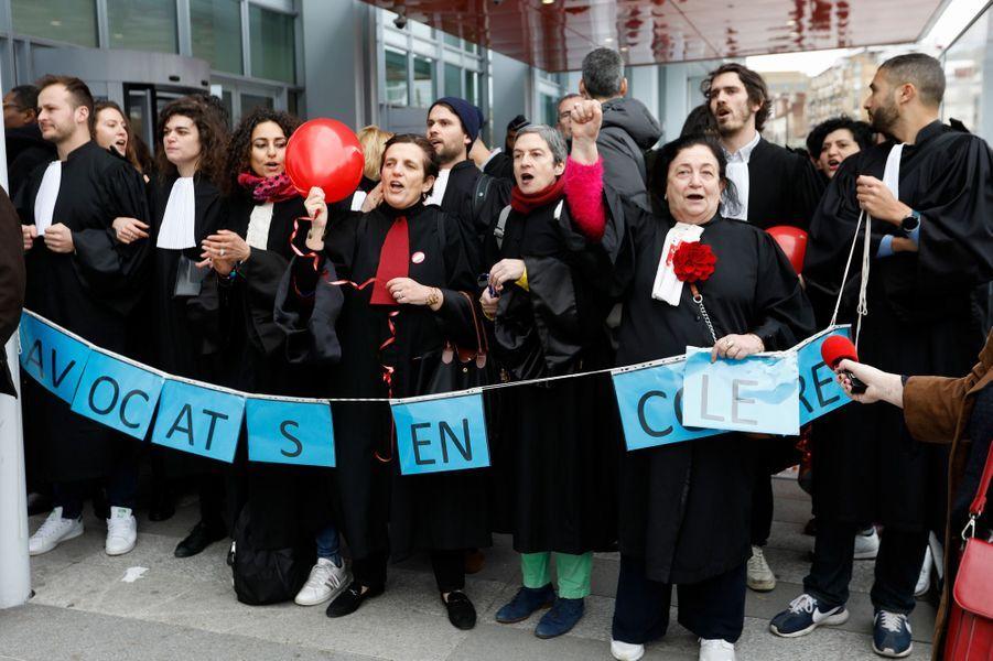 Des avocats en grève contre la réforme de leur régimede retraite, lundi devant le tribunal correctionnel de Paris.