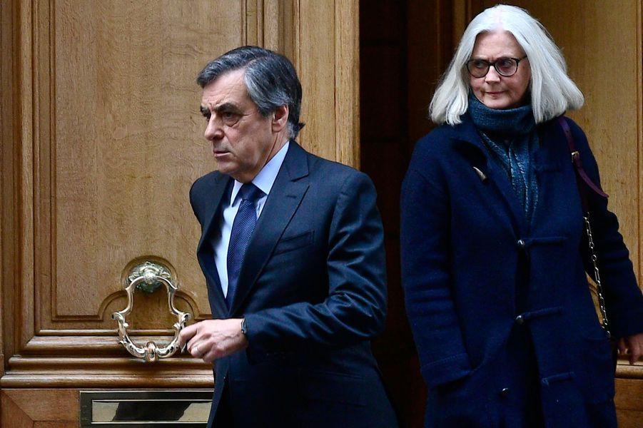 FrançoisFillon et son épouse Penelope à la sortie de leur domicile lundi matin avant l'ouverture de leur procèsdevant le tribunal correctionnel de Paris.