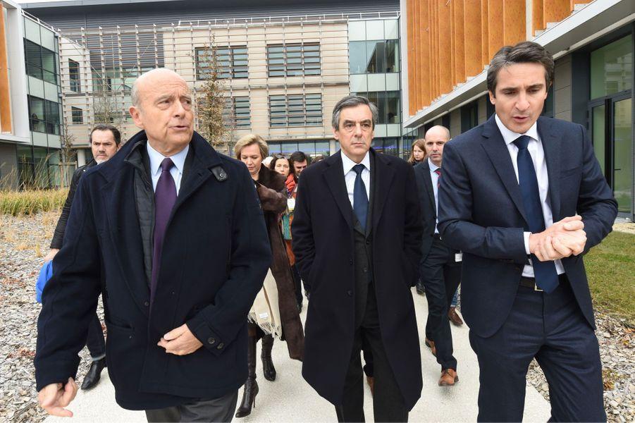 François Fillon et Alain Juppé s'entretiennent avec Patrice Caine (à droite), le PDG du groupe Thalès.