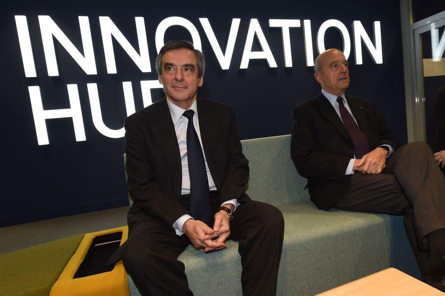 François Fillon et Alain Juppé posent au siège du groupe Thalès à Mérignac (Gironde).