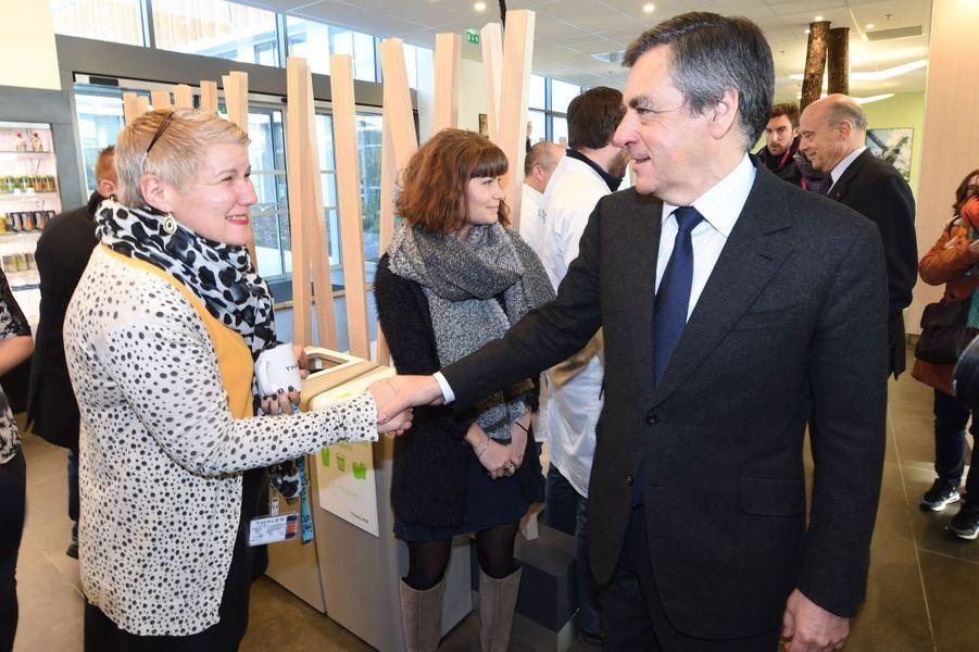 François Fillon serre la main d'une employée du groupe Thalès.