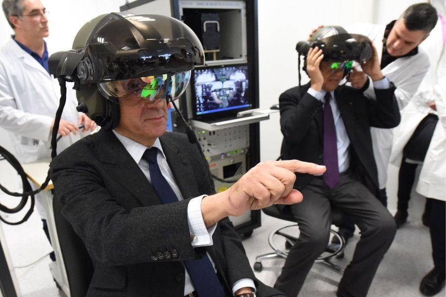 En visite à Thalès, à Mérignac, François Fillon et Alain Juppé testent des casques de simulation de vol.
