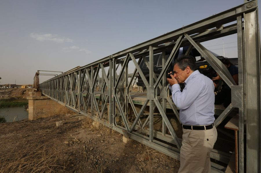 Samedi 4 juin sur la route entre Mossoul et Erbil, François Fillon fait arrêter le convoi pour prendre en photo un pont endommagé par un obus.