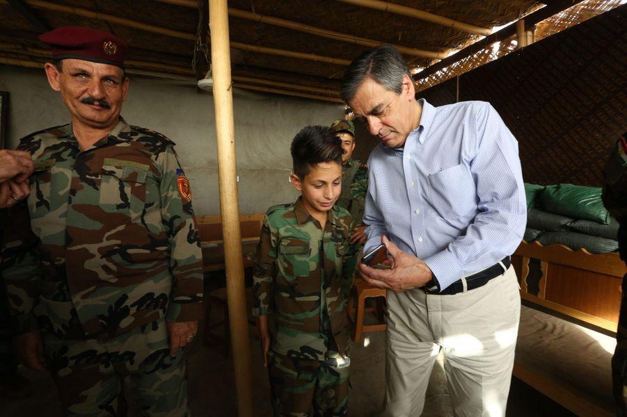 Samedi 4 juin, poste de commandement du mont Zertik, sur la ligne de front face à Daech, François Fillon à la rencontre des peshmergas. C'est Taïeb, 13 ans, fils d'un combattant kurde, qui l'accueille. L'ancien Premier ministre montre une photo de son fils Arnaud, âgé lui aussi de 13 ans.