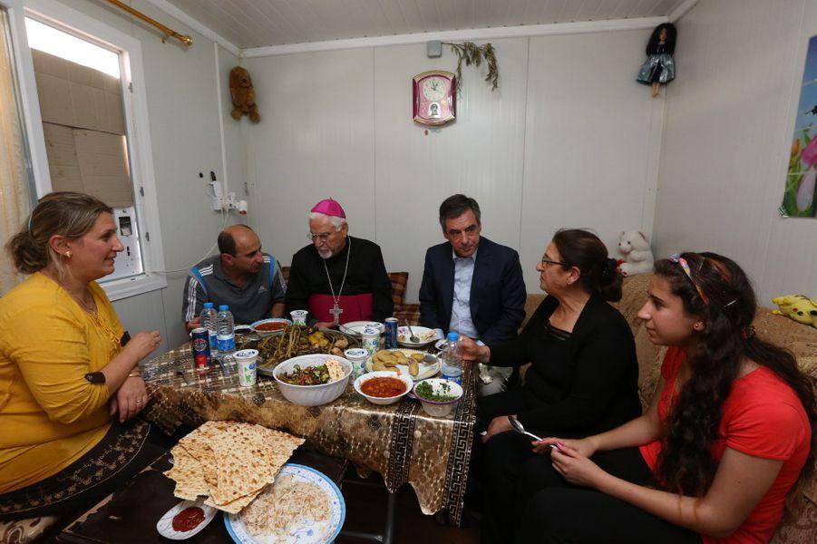 Dimanche 5 juin, François Fillon partage un déjeuner avec l'archevêque de Mossoul Yohanna Petro Mousché et sa famille dans un mobil-home du camp de réfugiés d'Ashti.