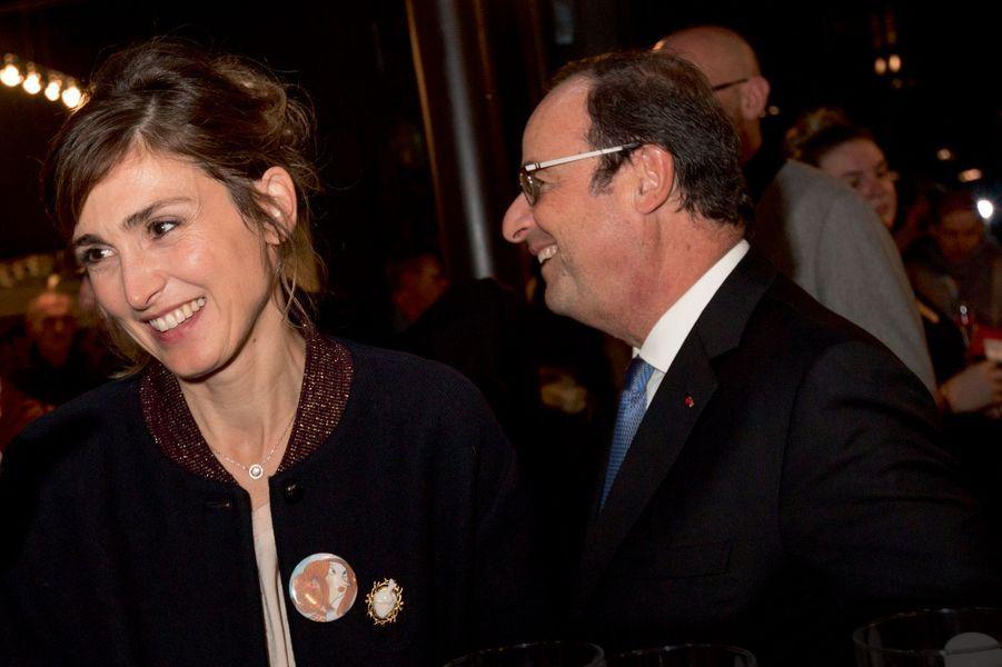 Sur la veste de Julie Gayet, fille d'un chirurgien, un camée représentant un cœur
