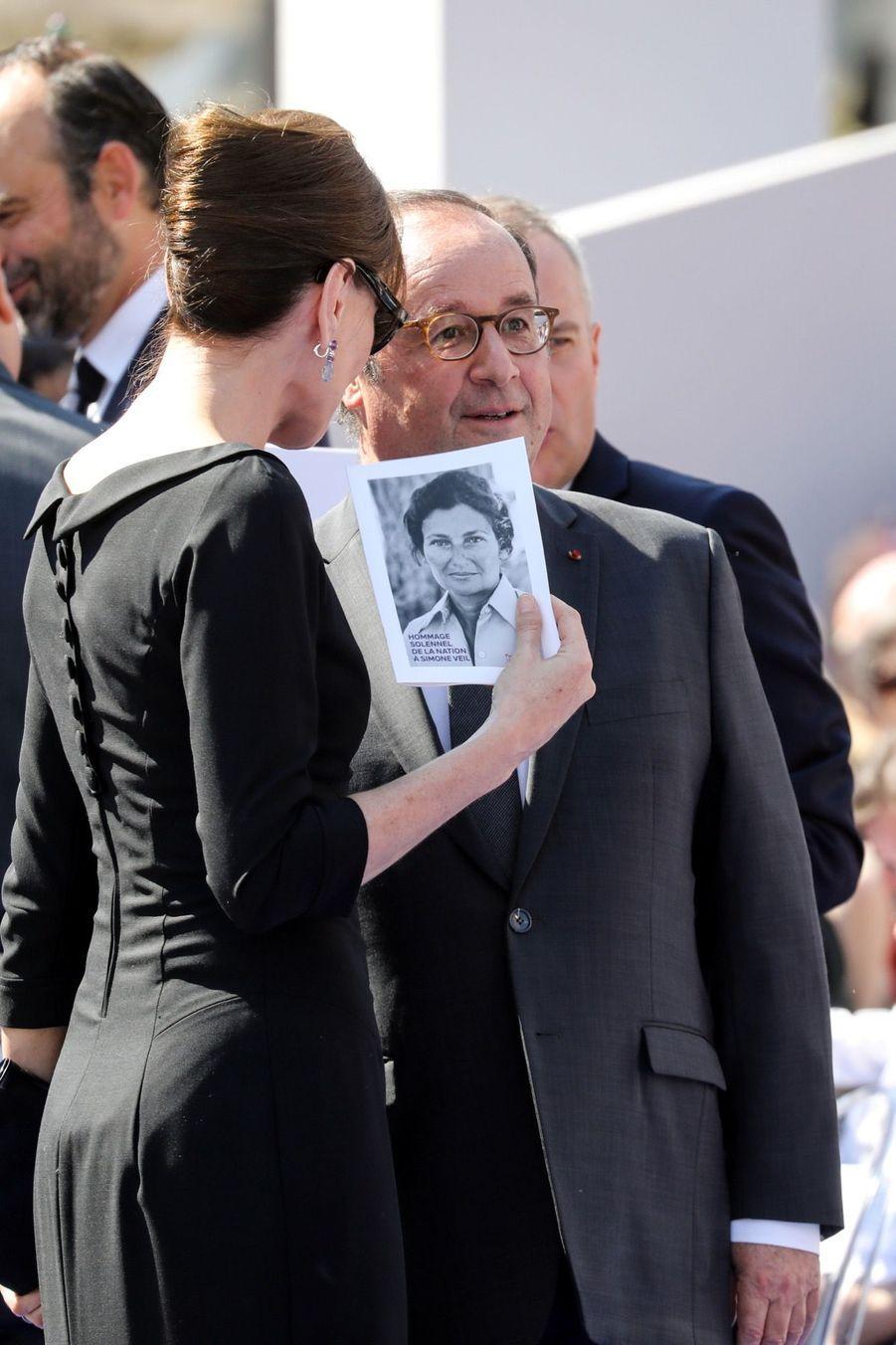 François Hollande, Julie Gayet, Nicolas Sarkozy Et Carla Bruni À La Cérémonie De L'entrée Au Panthéon De Simone Veil ( 6