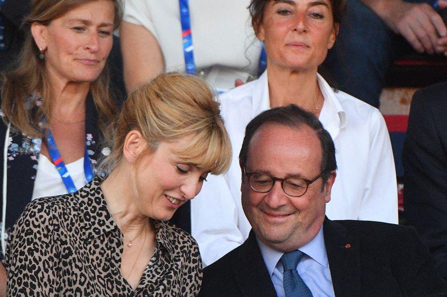 Julie Gayet et François Hollande, supporters des Bleues, le 31 mai 2019.
