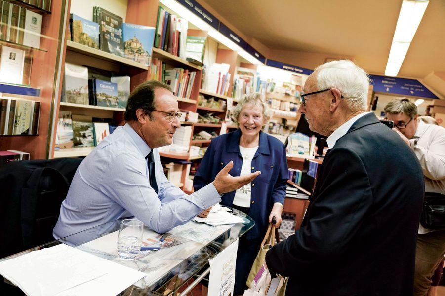 A l'Encre bleue à Granville, François Hollande discute avec le public...