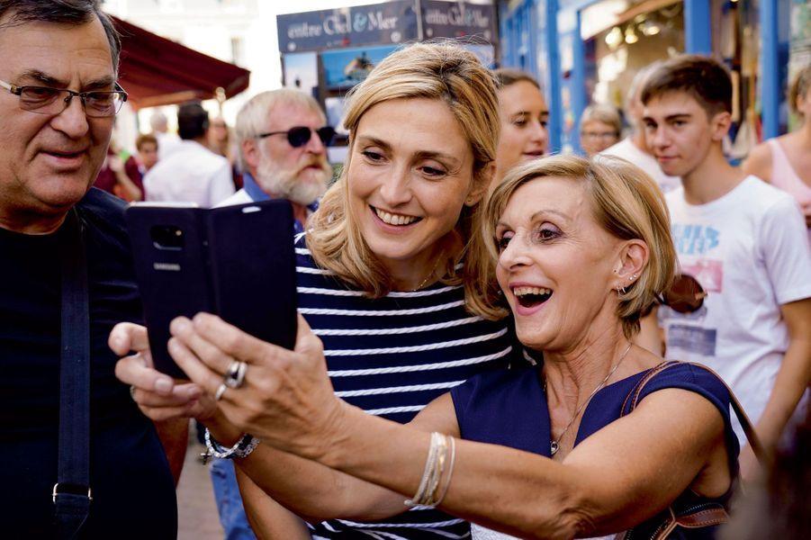 ...tandis que Julie Gayet se prête au jeu des selfies.