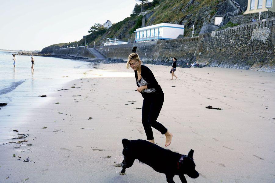 Sur le sable du Plat-Gousset, à Granville, Philae, le labrador de l'ex-président, doit vite quitter les lieux : les chiens sont interdits sur la plage.