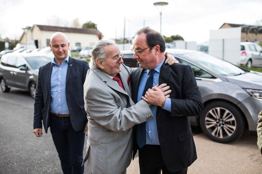 Le 14 avril, toujours, François Hollande visite un Ehpad à Chabrignac, en Corrèze.