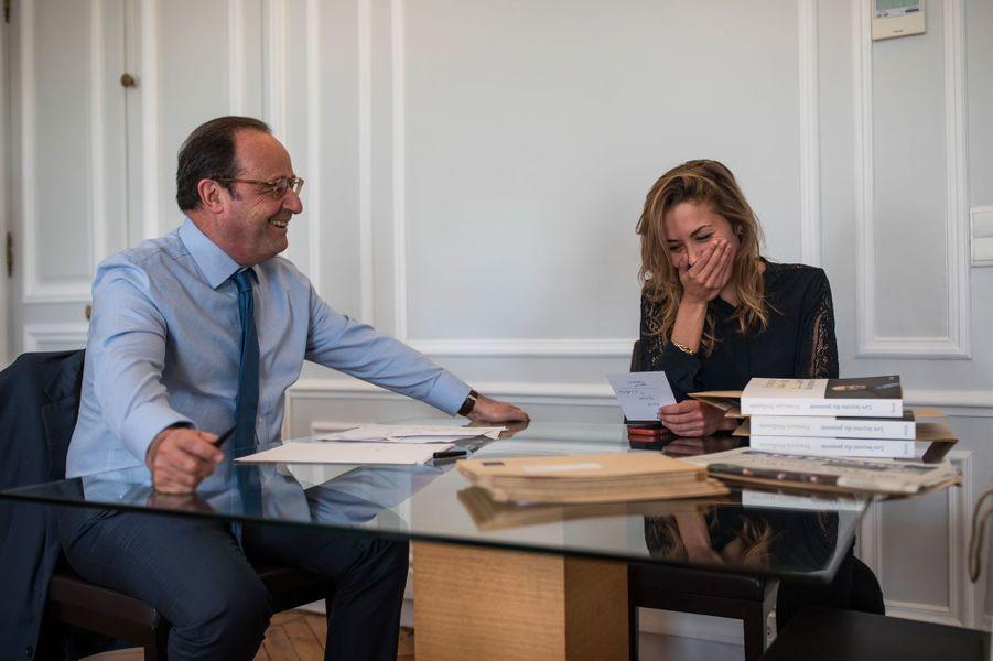 François Hollande dans son bureau avec Sybil Gerbaud, le 10 avril.