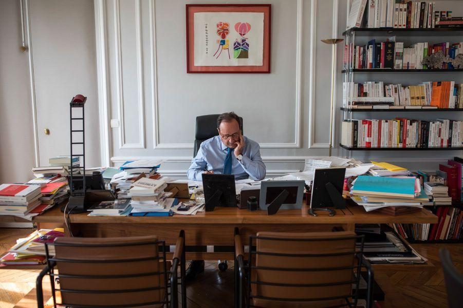 François Hollande dans son bureau de la rue de Rivoli, le 10 avril.