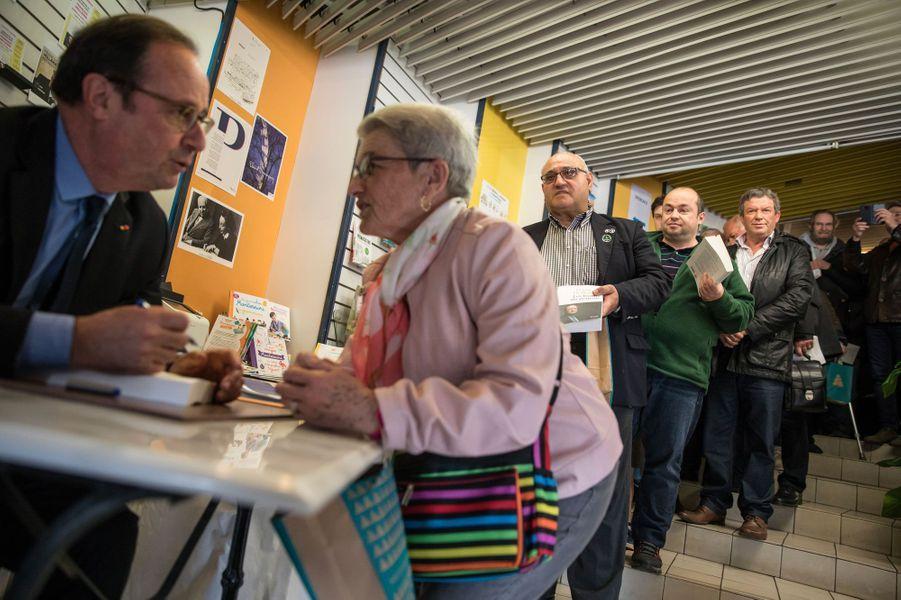 Séance de dédicaces à Tulle, dans une librairie du centre-ville, le 14 avril.