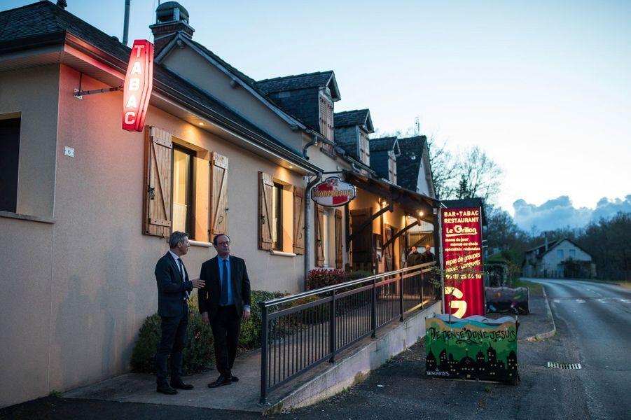 Au soir du 14 avril, dîner à Chabrignac. François Hollande s'entretient ici avec un adjoint au maire du village.