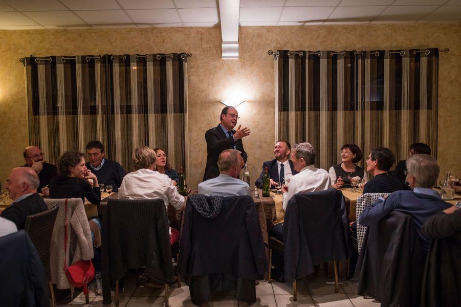 A la fin du dîner, François Hollande s'adresse à ses amis corréziens.