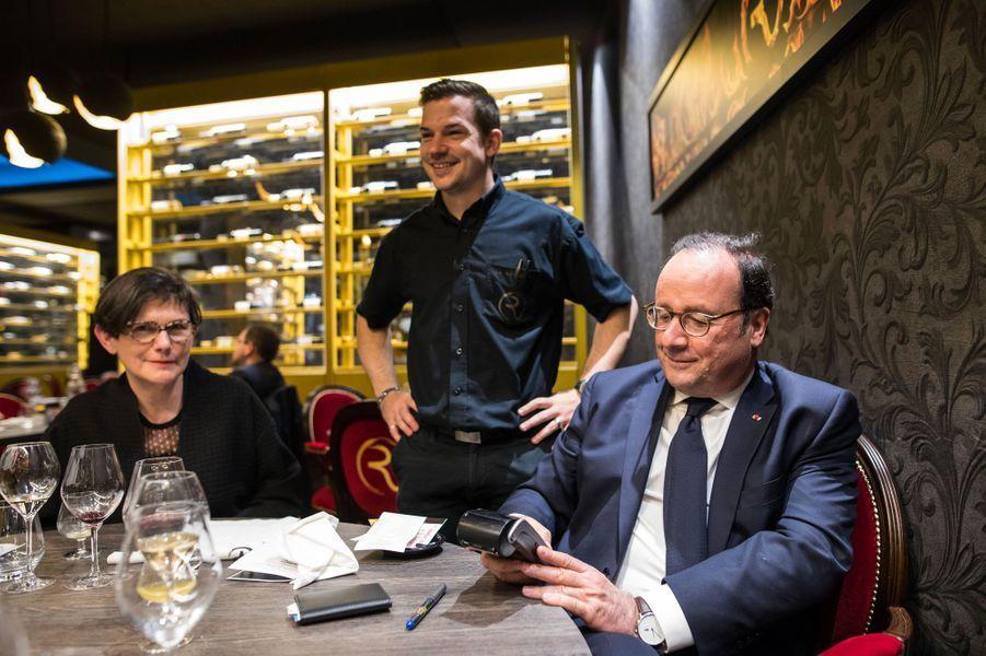 François Hollande règle l'addition : ce 13 avril, il dîne en Corrèze avec des amis proches, dont Mauricette Combes, la femme de Bernard Combes.