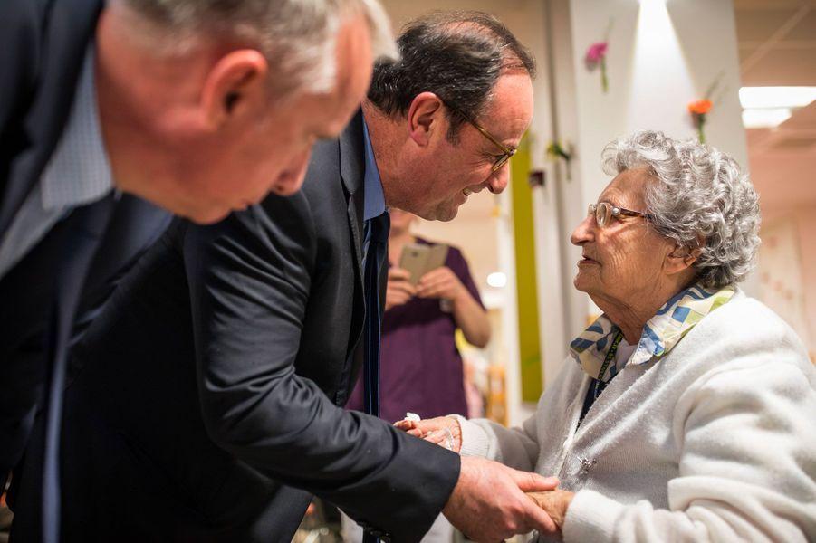 Aux côtés du président pour la visite de l'Ehpad, Bernard Combes, le maire de Tulle.