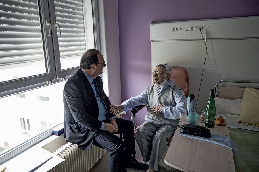 A Tulle, le 14 avril, il rend visite, à l'hôpital, à Jean Viacroze, 103 ans, un ami de longue date, rescapé du massacre du 9 juin 1944.