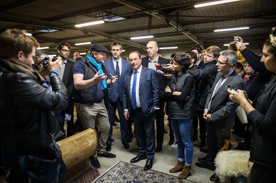 François Hollande visite la plateforme d'Emmaüs à Noisy-le-Sec le 9 avril, dans le cadre de sa fondation La France s'engage.