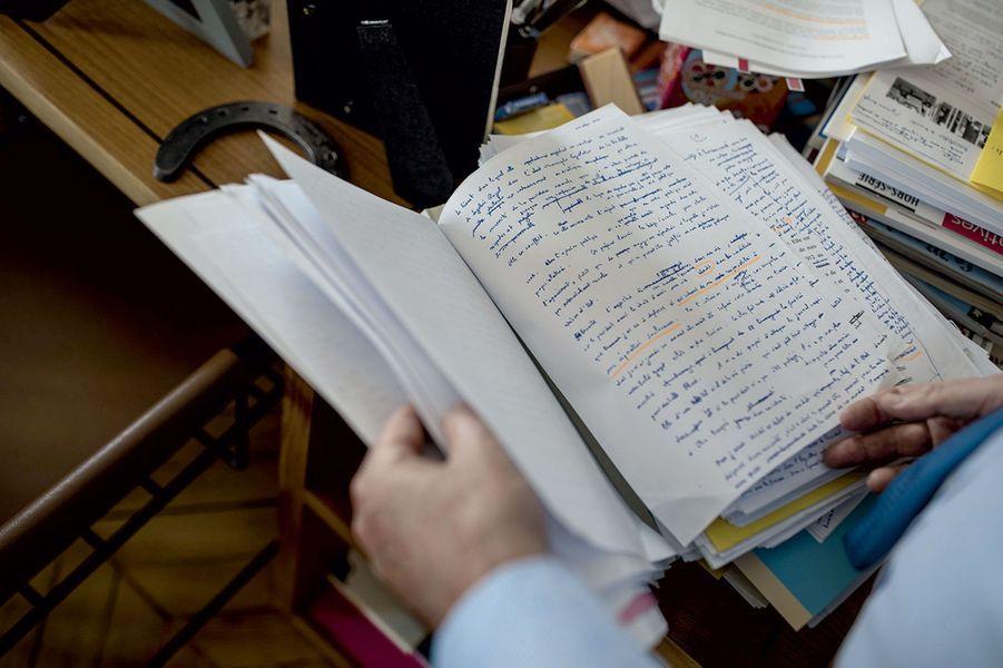 Avec le manuscrit de son livre, dans son bureau, le 10 avril, la veille de la parution.