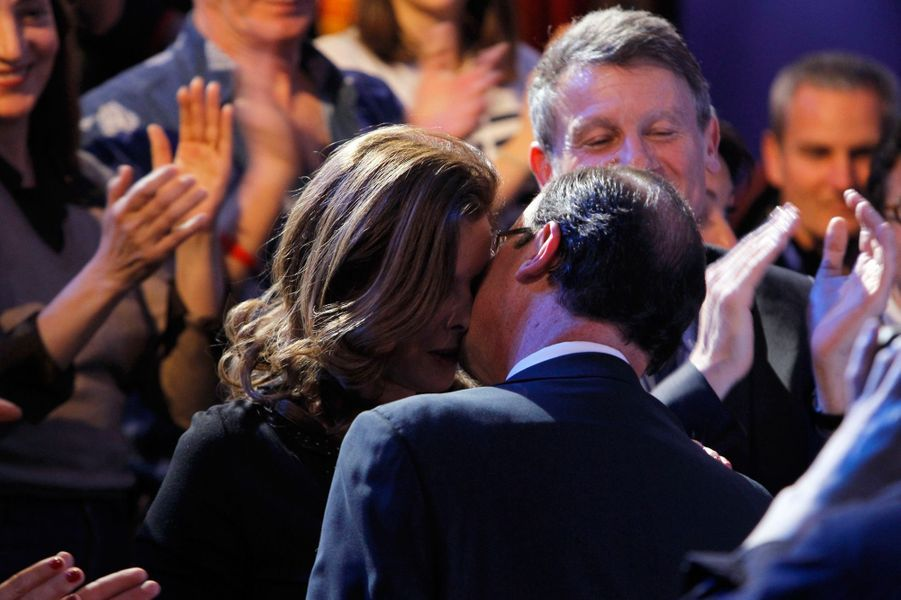 Francois Hollande et Valérie Trierweiler lors de la campagne présidentielle en mars 2012 après un meeting sur le thème de la culture.