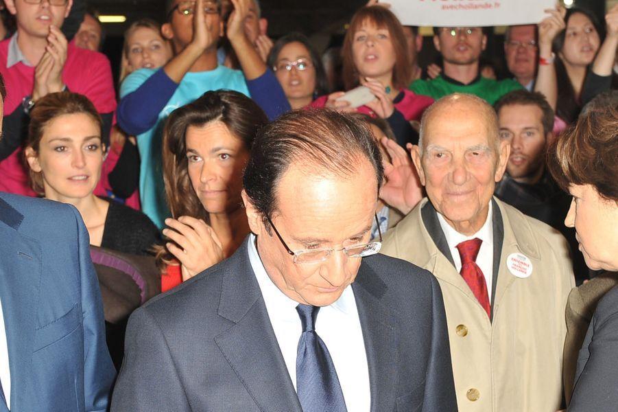 L'actrice Julie Gayet, ici le 22 octobre 2011, aux côtés de François Hollande, Aurelie Filippetti et Stephane Hessel lors de la Convention d'investiture du candidat socialiste à la Halle Freyssinet.