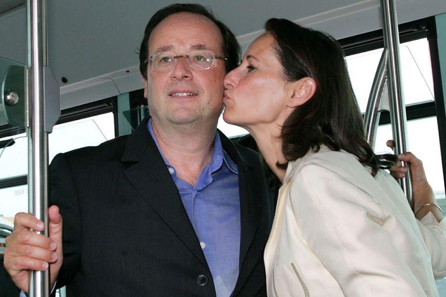 Ségolène Royal et François Hollande en août 2005 dans un bus de La Rochelle en marge de l'université d'été du PS.