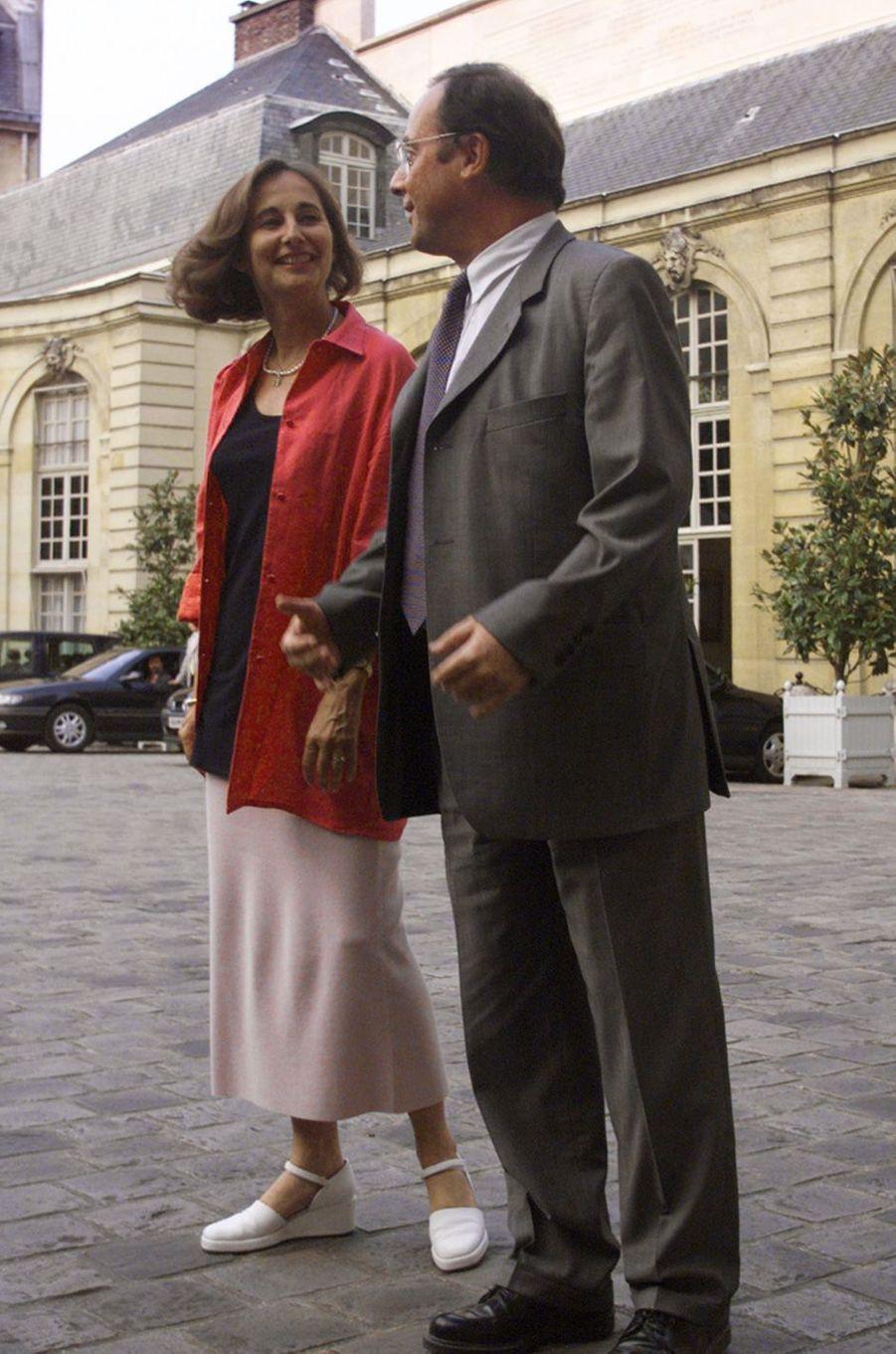 Ségolène Royal, ministre du gouvernement Jospin, et son compagnon François Hollande, en juillet 1999 à l'Hôtel Matignon, où tous les membres du gouvernement étaient invités à dîner avant les vacances par le Premier ministre.