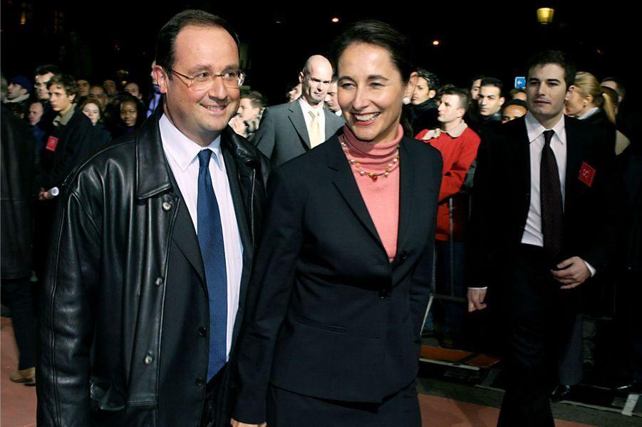 François Hollande et Ségolène Royal, en janvier2002 sur les Champs-Elysées pour la première du film de François Ozon, «Huit femmes».