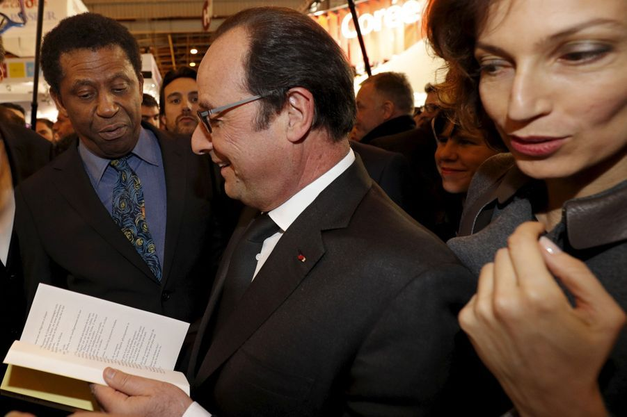 Dany Laferrière, François Hollande et la ministre de la Culture Audrey Azoulay au Salon du livre de Paris, le 17 mars 2016