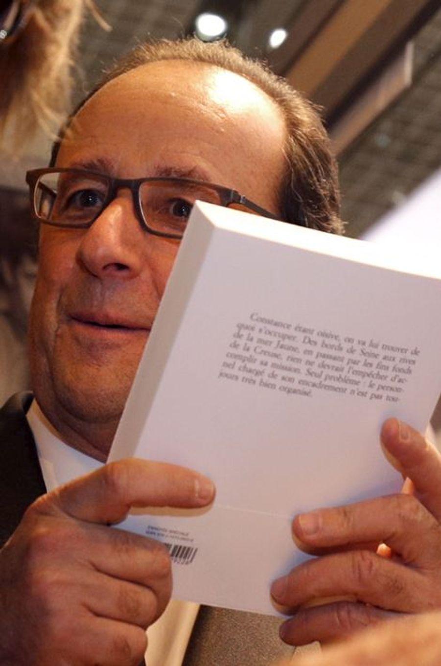 François Hollande au Salon du livre de Paris, le 17 mars 2016