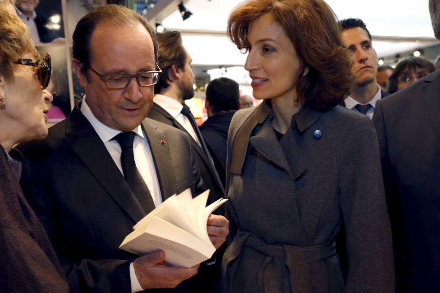 François Hollande et la ministre de la Culture Audrey Azoulay au Salon du livre de Paris, le 17 mars 2016