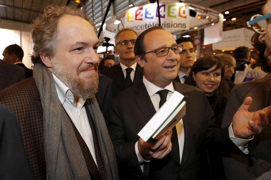 Mathias Enard et François Hollande au Salon du livre de Paris, le 17 mars 2016