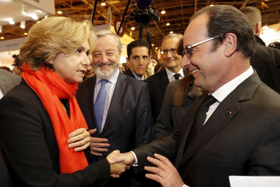 Valérie Pécresse et François Hollande au Salon du livre de Paris, le 17 mars 2016