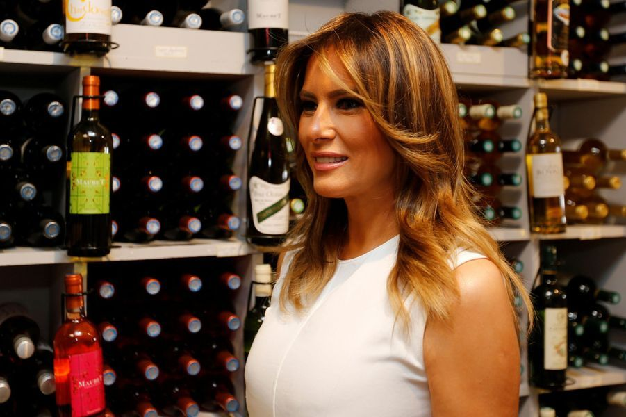 Melania Trump visite la Cavedes Baronsd'Ezpeletaà Espelette.