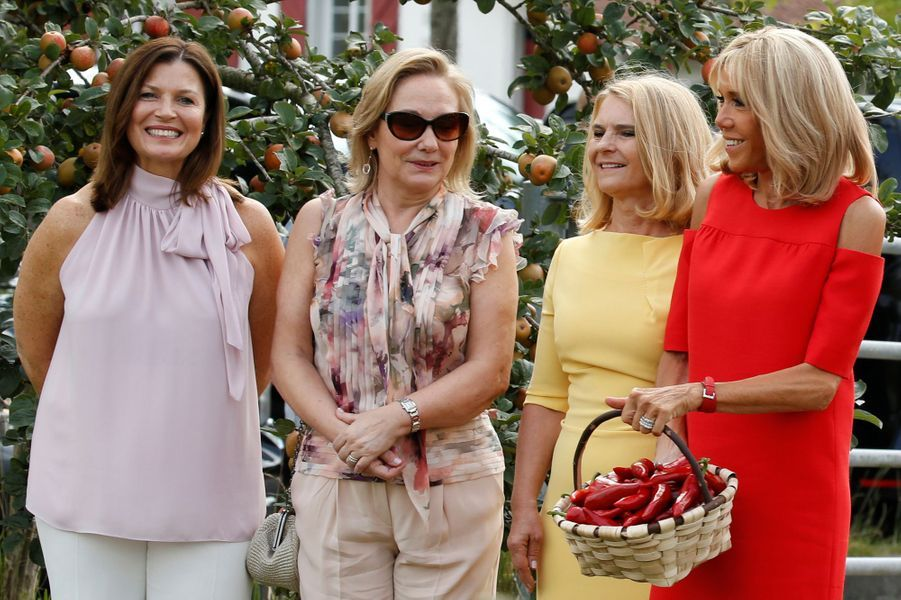Jenny Morrison,Cecilia Morel, Malgorzata Tusk et Brigitte Macronvisitent un champ de piment d'Espelette.