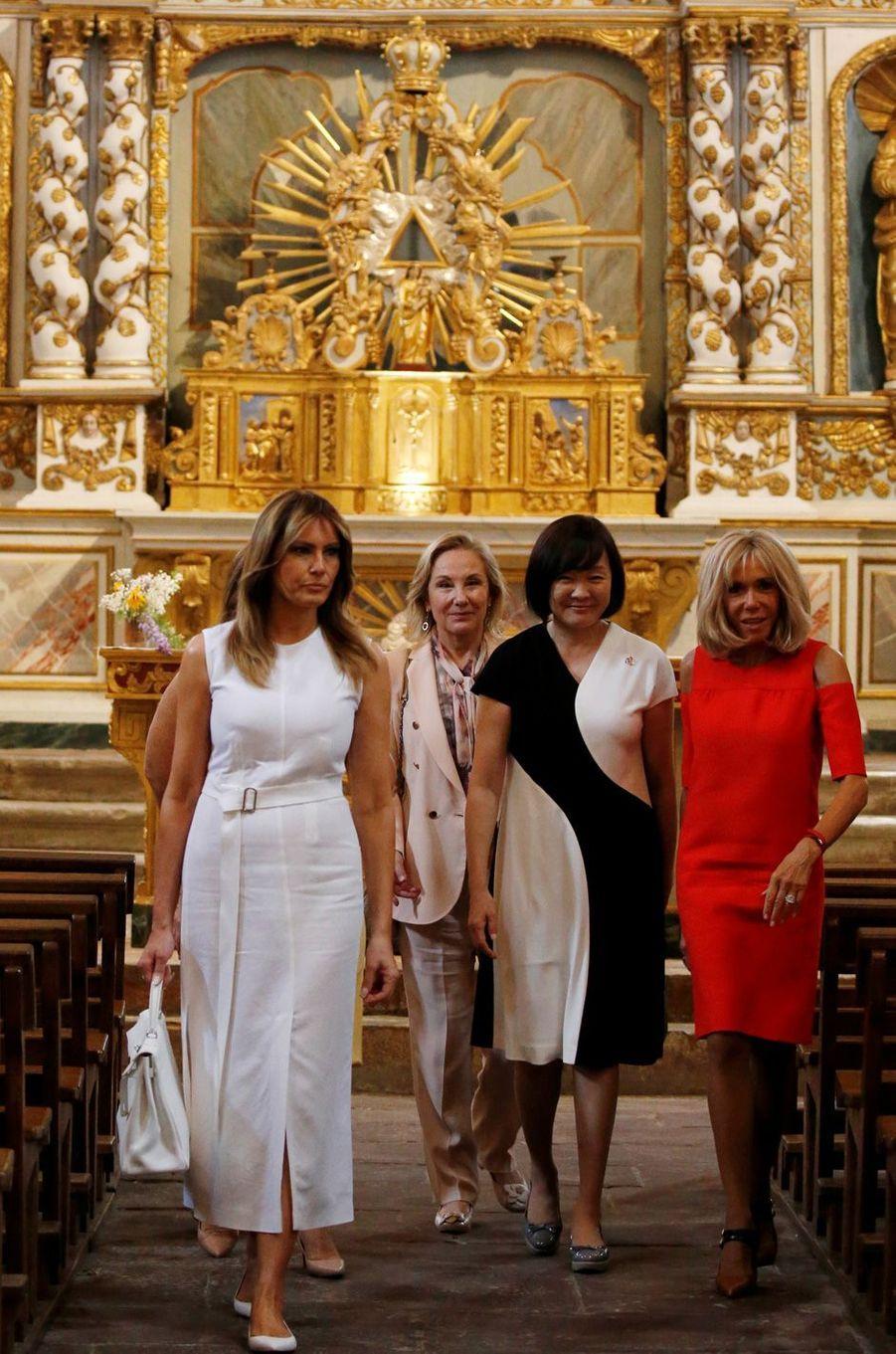 Les Premières dames visitent l'Eglise Saint-Etienne, à Espelette.