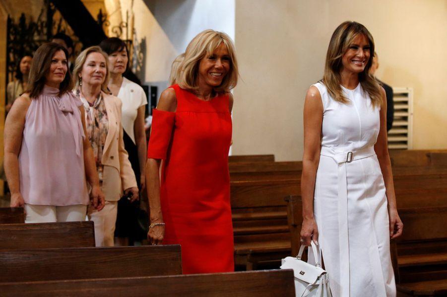 Les Premières damesvisitent l'Eglise Saint-Etienne, à Espelette.
