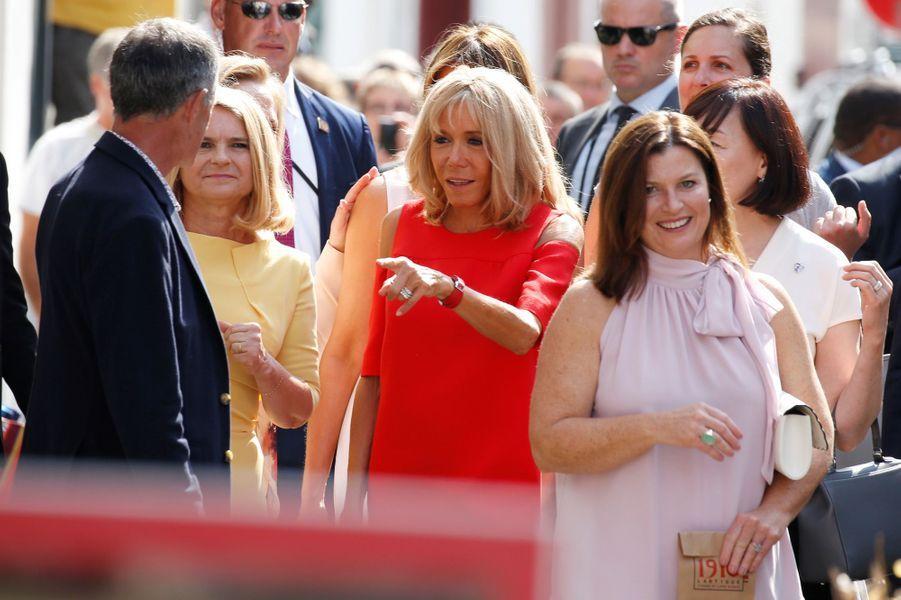 Brigitte Macron et les conjointes des participants au G7 déambulent dans les rues d'Espelette.