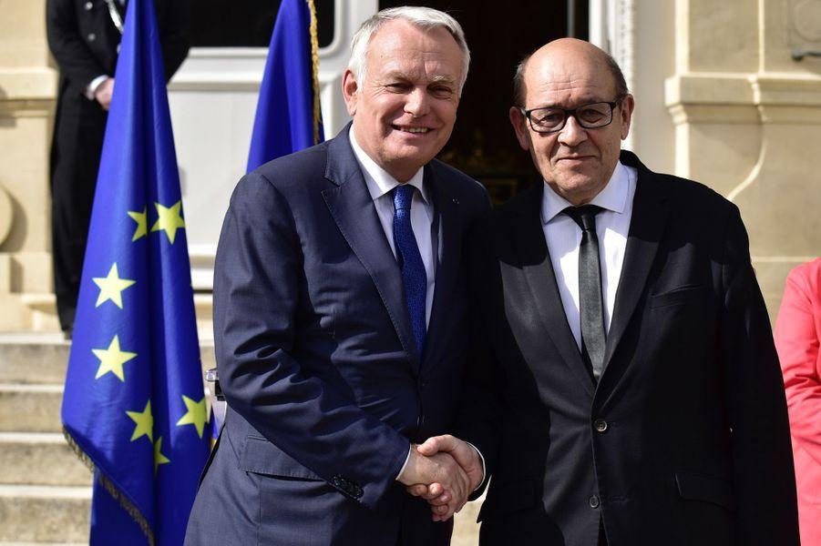 Jean-Marc Ayrault et son successeur Jean-Yves Le Drian, ministre de l'Europe et des Affaires étrangères.