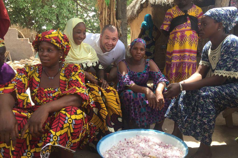 Le 17 avril à Dar El Salam, au Sénégal, Guillaume Gomez cuisine avec les femmes du village pour tous les habitants.